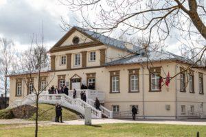 Plac im. Prezydenta Polski Lecha Kaczyńskiego przy pałacu Houwaltów w Mejszagole (© Marian Paluszkiewicz)