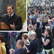 В. Томашевский выступает на митинге за социальную справедливость у здания правительства (социал-демократов и Партии труда) осенью 2015 года